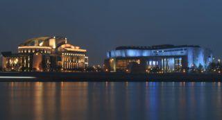 Budapest, 2017. november 25. A Nemzeti Színház (balról) és a Müpa épülete esti díszkivilágításban 2017. november 25-én. MTI Fotó: Kovács Tamás