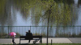 Budapest, 2018. április 9. Egy férfi gyermekeivel a X. kerületi Újhegyi Parkban 2018. április 9-én. Az Országos Meteorológiai Szolgálat országos, középtávú elõrejelzése szerint sok napsütés és 20 fok körüli meleg várható a héten. MTI Fotó: Kovács Tamás