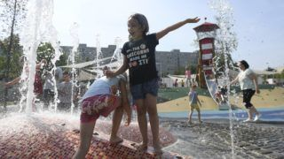 Budapest, 2018. június 21. Gyerekek játszanak a XIX. kerületi Berzsenyi utcában felépült új vizesjátszótér átadásán 2018. június 21-én. A játszótér az önkormányzat 180 millió forintos, önerõs beruházásából épült meg. MTI Fotó: Kovács Tamás