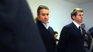 Budapest, 2009. február 5. Petõváry Zsolt (b) és Kósz Zoltán egykori vízilabdázók a Budai Központi Kerületi Bíróság tárgyalótermében. Elsõ fokon bûnösnek mondták ki a 2007. november 23-án rendõrökkel incidensbe keveredett sportolókat: Petõváry Zsolt hivatalos személy elleni erõszak, garázdaság és rongálás miatt 10 hónap 3 évre felfüggesztett börtönbüntetést kapott, az olimpiai bajnok Kósz Zoltánt pedig 75 ezer forint pénzbüntetésre ítélték ittas vezetés miatt. Az ítélet Kósz Zoltán vonatkozásában jogerõre emelkedett, mert egyik fél sem fellebbezett a döntés ellen. Petõváry Zsolt esetében a Fõvárosi Bíróságon folytatódik az ügy, mert védõje enyhítésért fellebbezett. MTI Fotó: Földi Imre