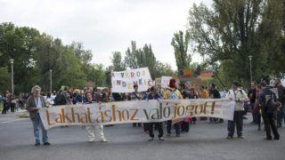 Budapest, 2014. szeptember 27. A Város Mindenkié csoport szervezésében megrendezett 4. Üres Lakások Menetének résztvevõi a VIII. kerületi II. János Pál pápa téren 2014. szeptember 27-én. A menet szervezõi a felelõs lakáspolitikáért és az üres lakások hasznosításáért demonstráltak. MTI Fotó: Kallos Bea