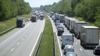 Ócsa, 2018. május 24. Összetorlódott jármûvek az M5-ös autópályán 2018. május 24-én. A sztráda Budapest felé vezetõ oldalán, a 31. kilométerszelvénynél, Ócsa térségében egy kisteherautó hátulról egy tehergépjármûnek ütközött. A kisteherautó sofõrje a helyszínen meghalt. Az érintett szakaszt a mûszaki mentés és a szemle idejére lezárták. MTI Fotó: Mihádák Zoltán