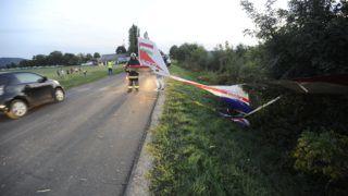 Budaörs, 2018. szeptember 13. Leszállás közben a leszállópályán túlfutott, majd az út mentén, az árokba csúszva megállt kisrepülõgép a budakeszi Farkashegyi repülõtér közelében, a Budakeszi és Budaörs közötti úton 2018. szeptember 13-án. Az elsõdleges információk szerint a gépen két ember utazott, egyikük sem sérült meg. MTI Fotó: Mihádák Zoltán