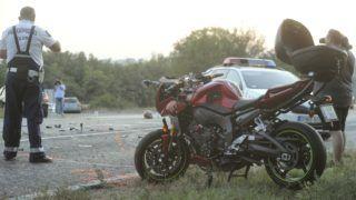 Bicske, 2018. szeptember 21. Összeroncsolódott motorkerékpár az 1-es fõút 29-es kilométerénél, Bicskénél 2018. szeptember 21-én, miután a jármû összeütközött egy személyautóval. A motoros helyszínen meghalt. MTI Fotó: Mihádák Zoltán