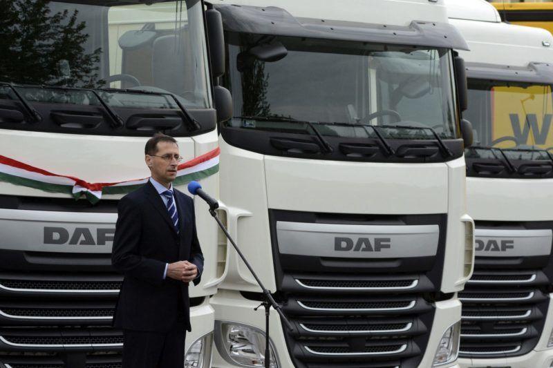 Szolnok, 2015. június 25. Varga Mihály nemzetgazdasági miniszter beszél a BI-KA Logisztika Kft. 21 darab új kamionjának átadásán Szolnokon 2015. június 25-én. MTI Fotó: Mészáros János