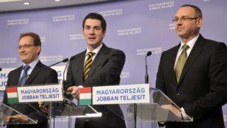 Budapest, 2013. december 30. Kocsis Máté, a Fidesz kommunikációs igazgatója (k), valamint Hoppál Péter (b) és Zsigó Róbert (j), a párt szóvivõi évzáró sajtótájékoztatót tartanak a Képviselõi Irodaházban 2013. december 30-án. Sikeres év volt az idei, a magyar emberek nem érezhetik feleslegesnek erõfeszítéseiket - összegezte évzáró sajtótájékoztatóján a kormányzat idei, illetve a 2010-es kormányváltás óta elért eredményeit a Fidesz kommunikációs igazgatója. MTI Fotó: Kovács Attila
