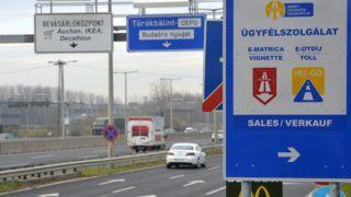 Budapest, 2014. december 11. Tájékoztató tábla az M1-es és M7-es bevezetõ szakaszán Budapest határában 2014. december 11-én. Megszûnik januártól az M0-s autóút általános díjmentessége. Az NFM közleménye szerint a körgyûrû M5-ös és M4-es (4. sz. fõút), valamint M3-as autópálya és 11. sz. fõút közötti szakaszai, és a gyorsforgalmi úthálózat M0-s autópályán belüli részei (például M1-es és M7-es bevezetõ a Budapest táblától) januártól csak matricával használhatók. Az M0-s körgyûrû egyes elemei uniós forrásból épültek vagy újultak meg, ezeken a szakaszokon a díj bevezetését az EU támogatási szabályai nem teszik lehetõvé. Az M0-s körgyûrû egyes elemei uniós forrásból épültek vagy újultak meg, ezeken a szakaszokon a díj bevezetését az EU támogatási szabályai nem teszik lehetõvé. MTI Fotó: Kovács Attila