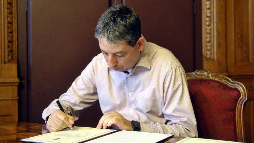 Budapest, 2018. május 14.Bodolai László, a Nemzeti Választási Bizottságba (NVB) a Lehet Mást a Politika (LMP) által megbízott tag aláírja az esküokmányt az NVB-be delegált tagok eskütételén az Országházban 2018. május 14-én.MTI Fotó: Kovács Attila