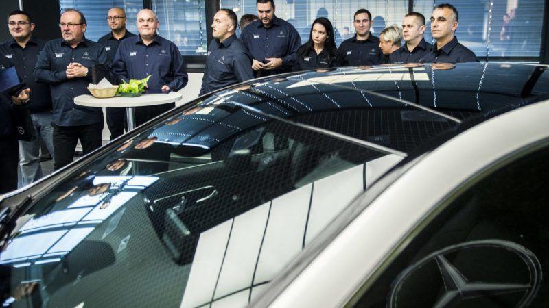 Kecskemét, 2017. november 29. A frissen végzett mûvezetõk egy csoportja a diplomaátadást követõen a kecskeméti Mercedes-Benz-gyár központi épületében 2017. november 29-én. Az üzem mûvezetõ munkatársai számára a Mercedes-Benz Manufacturing Hungary Kft. és a Német-Magyar Ipari és Kereskedelmi Kamara szervezett, Magyarországon egyedülálló ipari mûvezetõ képzést, amelynek elsõ végzõs hallgatói vették át diplomájukat. MTI Fotó: Ujvári Sándor