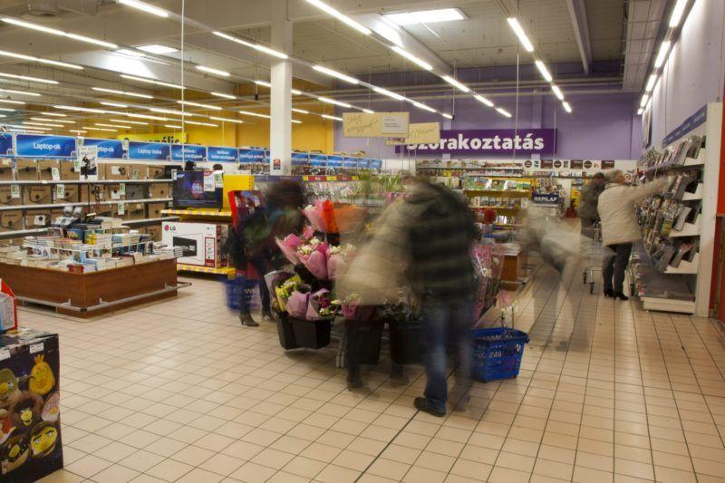 Nagykanizsa, 2015. március 8. Vásárlók a nagykanizsai Tesco áruházban 2015. március 8-án. Ez az utolsó hétvége, amelynek vasárnapján még korlátozás nélkül nyitva tarthatnak az üzletek. Az Országgyûlés 2014. december 16-án szavazta meg a vasárnapi pihenõnap bevezetését, így március 15-tõl vasárnap már nem lehet dolgoztatni az alkalmazottakat a kereskedelemben, pihenõnap jár nekik. A 200 négyzetméternél kisebb üzletek azonban kinyithatnak a hét utolsó napján is, ha csak a tulajdonos vagy családtagja dolgozik benne. MTI Fotó: Varga György