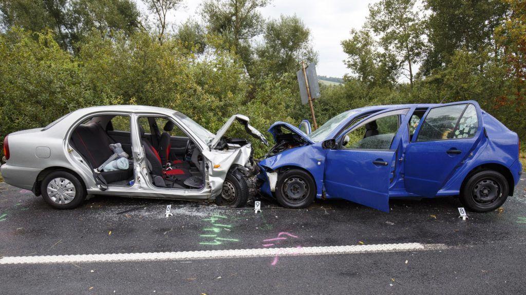 Zalalövõ, 2018. szeptember 1. Frontális ütközésben összetört személygépkocsik a Zalalövõ és Zalacséb közötti, 7411-es jelû úton 2018. szeptember 1-jén. A balesetben két ember meghalt és öten megsérültek. MTI Fotó: Varga György