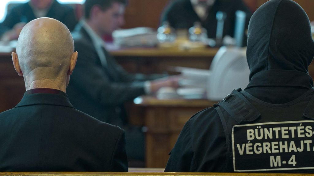 Budapest, 2011. november 17.Jozef Rohác (balról) áll az ellene előre kitervelten, robbanószerkezettel elkövetett emberölés kísérlete és más bűncselekmény miatt indult büntetőper tárgyalásán, a Fővárosi Ítélőtábla tárgyalótermében.MTI Fotó: Illyés Tibor