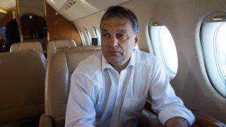Budapest, 2012. október 19. Orbán Viktor miniszterelnök útban hazafelé a repülõgépen az Európai Unió brüsszeli csúcstalálkozójáról 2012. október 19-én. MTI Fotó: Illyés Tibor
