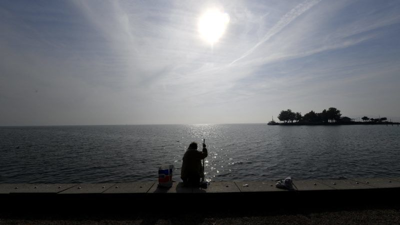 Balatonfüred, 2017. október 18. Horgász az októberi napsütésben a balatonfüredi Balaton-parton 2017. október 18-án. MTI Fotó: Illyés Tibor