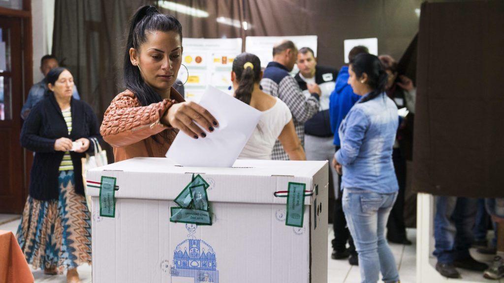 Tiszavasvári, 2014. október 12. Szavazók Tiszavasváriban, a Gépállomás utcai hímzõüzemben kialakított 10. számú szavazókörben az önkormányzati választáson 2014. október 12-én. MTI Fotó: Balázs Attila