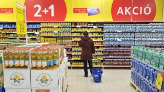 Budapest, 2012. február 13.Egy vásárló nézelődik a Tesco hipermarketben, Budapesten, az Arena Plazában.MTI Fotó: Koszticsák Szilárd
