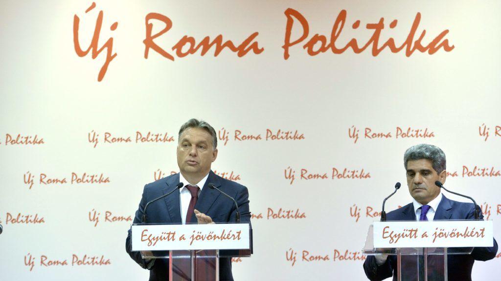 Budapest, 2014. október 9. Orbán Viktor miniszterelnök (b) és Farkas Flórián, az Országos Roma Önkormányzat (ORÖ) elnöke sajtótájékoztatót tart az ORÖ budapesti székházában 2014. október 9-én. MTI Fotó: Koszticsák Szilárd
