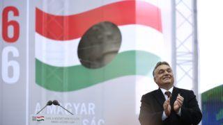 Budapest, 2016. október 23. Orbán Viktor miniszterelnök az 1956-os forradalom és szabadságharc 60. évfordulója alkalmából, 1956-2016 - A szabad Magyarországért! címmel tartott díszünnepségen az Országház elõtti Kossuth Lajos téren 2016. október 23-án. MTI Fotó: Koszticsák Szilárd