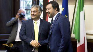 Milánó, 2018. augusztus 28. Orbán Viktor miniszterelnök (b) és Matteo Salvini olasz belügyminiszter kezet fog sajtótájékoztatójuk kezdete elõtt a milánói városházán 2018. augusztus 28-án. MTI Fotó: Koszticsák Szilárd