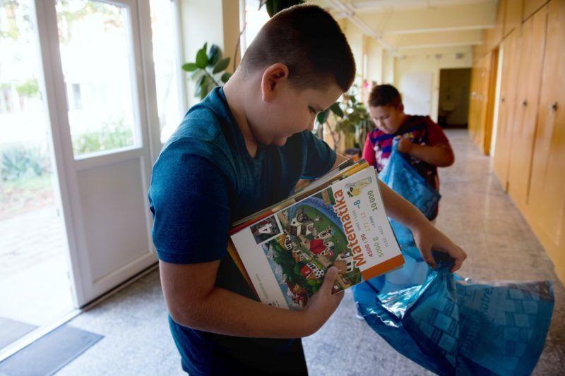 Gyál, 2018. augusztus 29. Diákok elpakolják új tankönyveiket a Gyáli Bartók Béla Általános Iskolában 2018. augusztus 29-én. Az oktatási intézményekbe kevesebb mint egy hónap alatt 12,5 millió tankönyv került ki, ezek közül közel 8,5 millió az állami fejlesztésben kidolgozott kiadvány, a többit magánkiadók adták ki, közölte elõzõ napi tájékoztatóján Rétvári Bence, az Emberi Erõforrások Minisztériumának parlamenti államtitkára. MTI Fotó: Koszticsák Szilárd