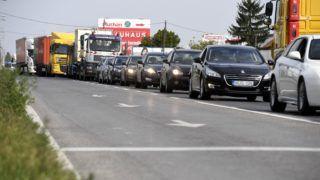 Dunaharaszti, 2018. szeptember 14. Torlódás az M0-ás autóút déli szakaszának felújítása miatt lezárt csepeli felhajtónál 2018. szeptember 14-én. Új forgalmi rend lép életbe az M0-ás autóút déli szakaszának felújításánál, hogy csökkentsék a torlódásokat. A Hárosi Duna-hídon a munkaterület mellett az M1-es autópálya irányába az eddigi kettõ helyett három forgalmi sáv, míg a Soroksári Duna-híd felé hosszabb gyorsítósávok segítik majd a közlekedõket. MTI Fotó: Koszticsák Szilárd