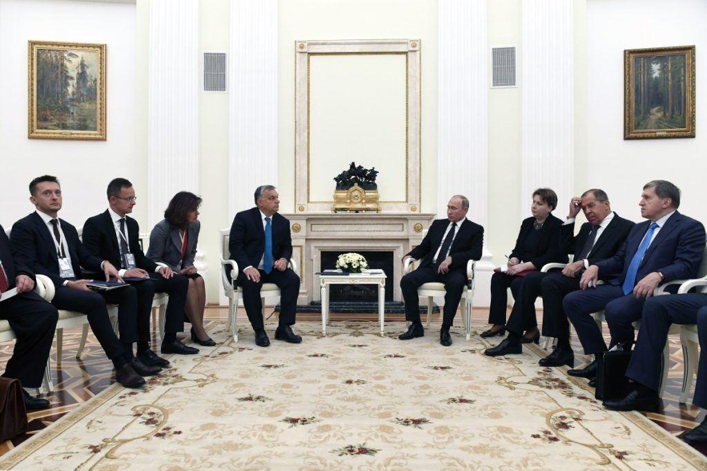 Moszkva, 2018. szeptember 18. Vlagyimir Putyin orosz elnök (j4) fogadja Orbán Viktor miniszterelnököt (b4) a moszkvai Kremlben 2018. szeptember 18-án. Mellettük Szergej Lavrov orosz külügyminiszter (j2), Szijjártó Péter külgazdasági és külügyminiszter (b2), valamint Rogán Antal, a Miniszterelnöki Kabinetirodát vezetõ miniszter (b). MTI Fotó: Koszticsák Szilárd