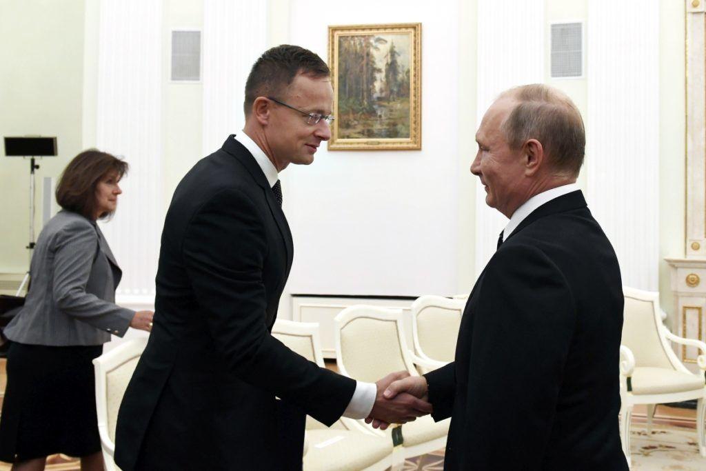 Moszkva, 2018. szeptember 18. Vlagyimir Putyin orosz elnök (j) és az Orbán Viktor miniszterelnök kíséretében Moszkvában tartózkodó Szijjártó Péter külgazdasági és külügyminiszter kezet fog a Kremlben 2018. szeptember 18-án. MTI Fotó: Koszticsák Szilárd