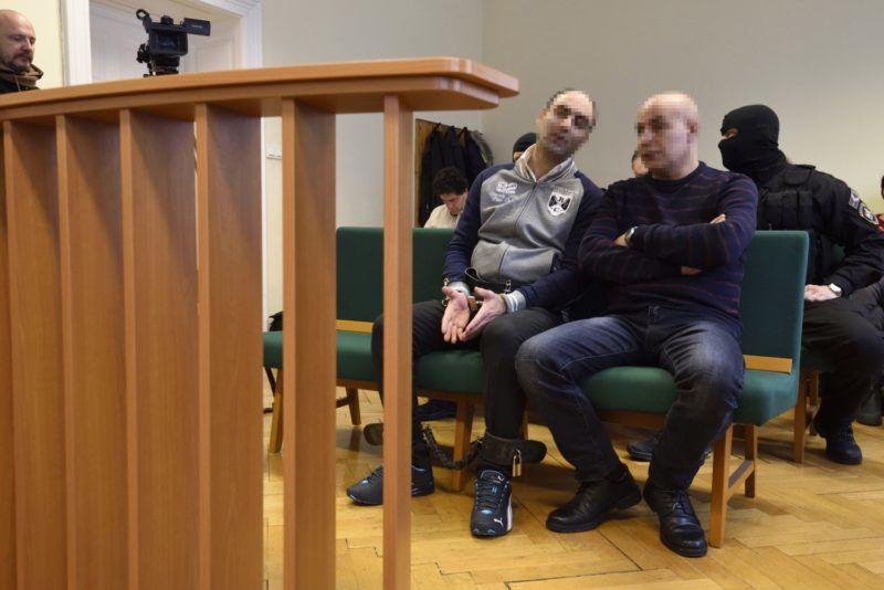 Szeged, 2018. március 14. Ahmed H. (elöl b) az ellene folyó per megismételt elsõfokú eljárásán a Szegedi Törvényszéken 2018. március 14-én. A szír férfit tömegzavargás résztvevõjeként elkövetett határzár tiltott átlépése és állami szerv kényszerítése céljából személy elleni erõszakos bûncselekmény elkövetésével megvalósított terrorcselekmény bûntettével vádolja az ügyészség. MTI Fotó: Kelemen Zoltán Gergely