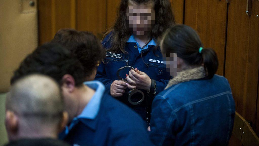 Budapest, 2015. február 24.A vádlottak, K. Rudolf (elöl, b) és felesége (j) büntetőperükön, amelyet a nevelésük alatt álló, 12. életévét be nem töltött személy sérelmére erőszakkal elkövetett szexuális erőszak bűntette és más bűncselekmény miatt tárgyalnak a Budapest Környéki Törvényszéken 2015. február 24-én. A bíróság háromrendbeli kiskorú veszélyeztetése bűntettében bűnösnek kimondva egyenként két-két év börtönbüntetésre ítélte a szigetszentmiklósi házaspárt. A szemérem elleni erőszak és erőszakos közösülés bűntette alól viszont felmentették őket. Mivel a bíróság az előzetes letartóztatásban töltött időt beszámította, a büntetést letöltöttnek tekinti.MTI Fotó: Marjai János