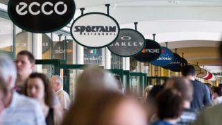 Parndorf, 2012. április 30. Vásárlók sétálnak a parndorfi McArthurGlen Designer Outlet bevásárlóközpontban. MTI Fotó: Nyikos Péter