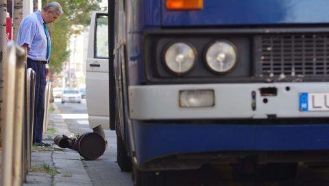 Budapest, 2012. szeptember 10. Egy buszsofõr nézi az általa vezetett 5-ös autóbusz leszakadt kipufogódobját a Rákóczi úton 2012. szeptember 10-én. MTI Fotó: Sóki Tamás