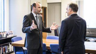 Brüsszel, 2017. április 26.A Miniszterelnöki Sajtóiroda által közreadott képen Orbán Viktor miniszterelnök (j) és az Európai Néppárt (EPP) parlamenti csoportjának elnöke, Manfred Weber találkozója az Európai Parlament brüsszeli épületében 2017. április 26-án. MTI Fotó: Miniszterelnöki Sajtóiroda / Szecsődi Balázs