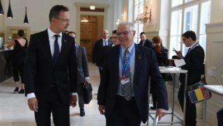 Bécs, 2018. augusztus 31. A Külgazdasági és Külügyminisztérium által közreadott képen Szijjártó Péter külgazdasági és külügyminiszter (b) és Josep Borrell spanyol külügyminiszter az EU-tagországok külügyminiszterei informális találkozóján Bécsben 2018. augusztus 31-én. MTI Fotó: KKM