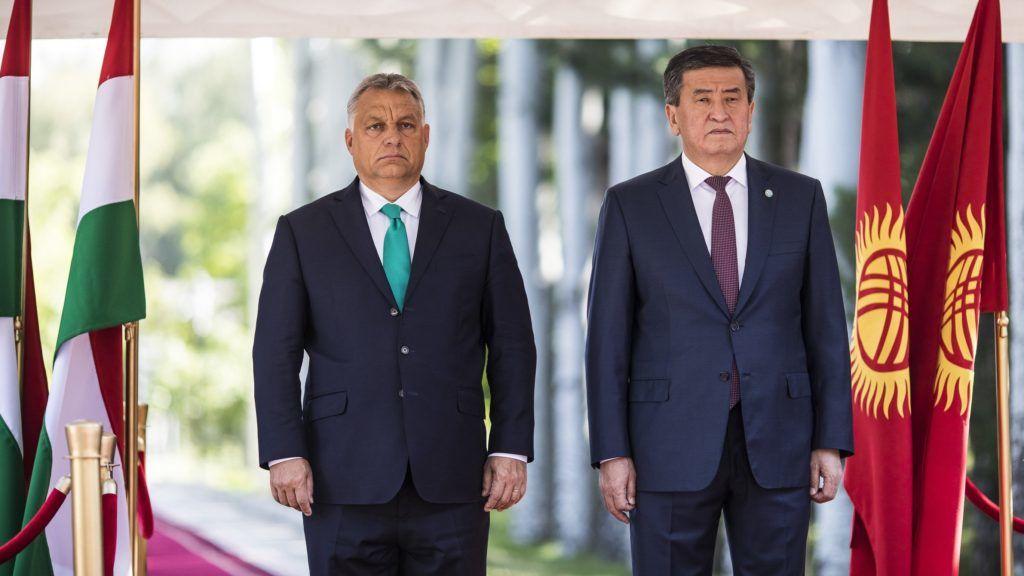 Csolpon-Ata, 2018. szeptember 4. A Miniszterelnöki Sajtóiroda által közreadott képen Orbán Viktor miniszterelnök (b) hivatalos tárgyalása Szooronbaj Zseenbekov kirgiz elnökkel Csolpon-Atában 2018. szeptember 4-én. MTI Fotó: Miniszterelnöki Sajtóiroda / Szecsõdi Balázs