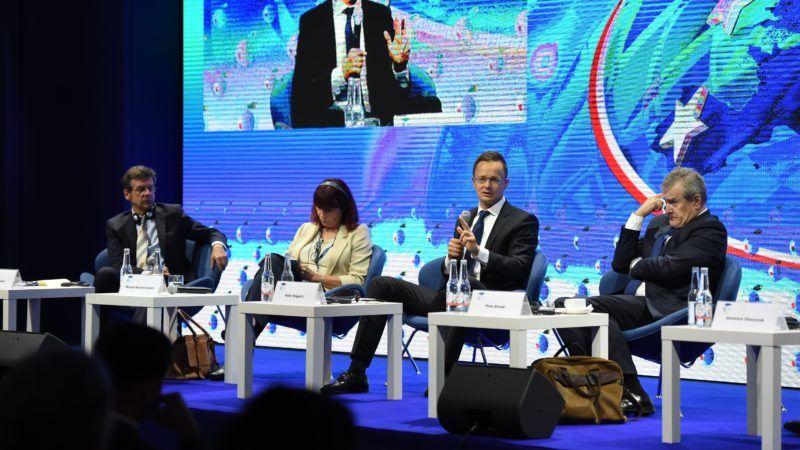 Krynica-Zdrój, 2018. szeptember 5. A Külgazdasági és Külügyminisztérium (KKM) által közzétett képen Szijjártó Péter külgazdasági és külügyminiszter (j2) a krynicai gazdaságpolitikai fórumon a lengyelországi Krynica-Zdrójban 2018. szeptember 5-én. Mellette Piotr Glinski lengyel miniszterelnök-helyettes, kulturális és örökségvédelmi miniszter (j) és Micaela Navarro Garzón spanyol kongresszusi házelnök-helyettes. MTI Fotó: KKM / Mitko Stoichev