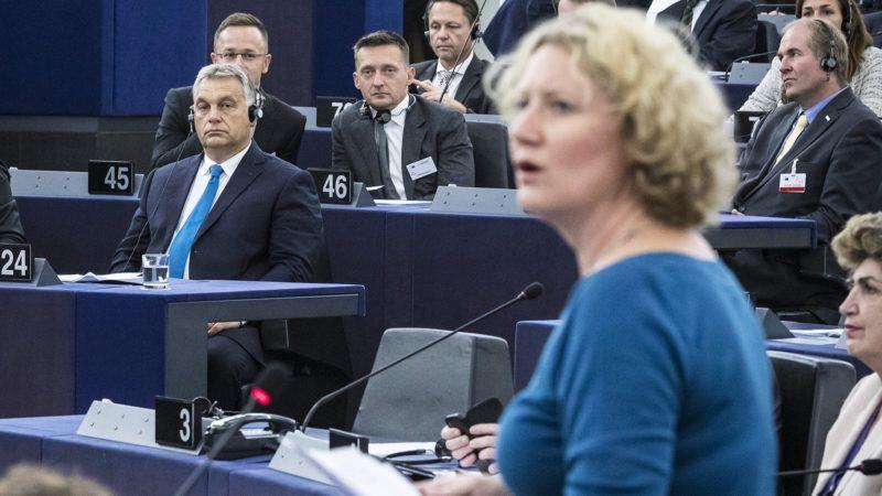 Strasbourg, 2018. szeptember 11.Judith Sargentini, a zöld párti frakció holland képviselője (j) felszólal az Európai Parlament vitáján 2018. szeptember 11-én. Balra Orbán Viktor miniszterelnök, mögötte Szijjártó Péter külgazdasági és külügyminiszter (b) és Rogán Antal, a Miniszterelnöki Kabinetirodát vezető miniszter (b2).MTI Fotó: Miniszterelnöki Sajtóiroda / Szecsődi Balázs