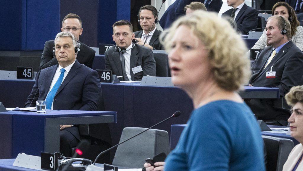 Strasbourg, 2018. szeptember 11. Judith Sargentini, a zöld párti frakció holland képviselõje (j) felszólal az Európai Parlament vitáján 2018. szeptember 11-én. Balra Orbán Viktor miniszterelnök, mögötte Szijjártó Péter külgazdasági és külügyminiszter (b) és Rogán Antal, a Miniszterelnöki Kabinetirodát vezetõ miniszter (b2). MTI Fotó: Miniszterelnöki Sajtóiroda / Szecsõdi Balázs