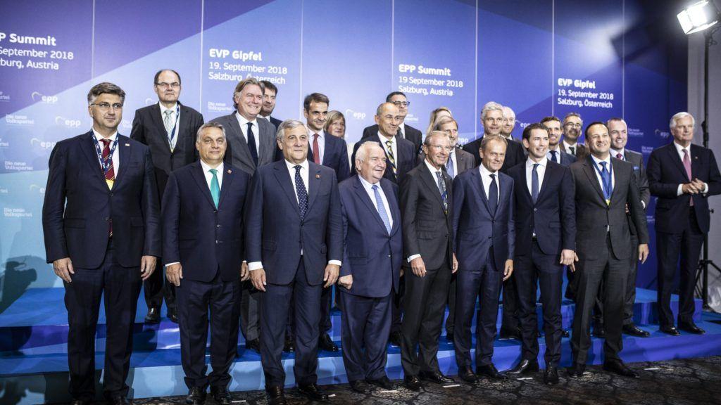 Salzburg, 2018. szeptember 19. A Miniszterelnöki Sajtóiroda által közzétett képen az Európai Néppárt tanácskozásának résztvevõi az EU csúcstalálkozója elõtt Salzburgban 2018. szeptember 19-én. Balról a második Orbán Viktor miniszterelnök, jobbról a második Manfred Weber, az Európai Néppárt frakcióvezetõje. MTI Fotó: Miniszterelnöki Sajtóiroda / Szecsõdi Balázs