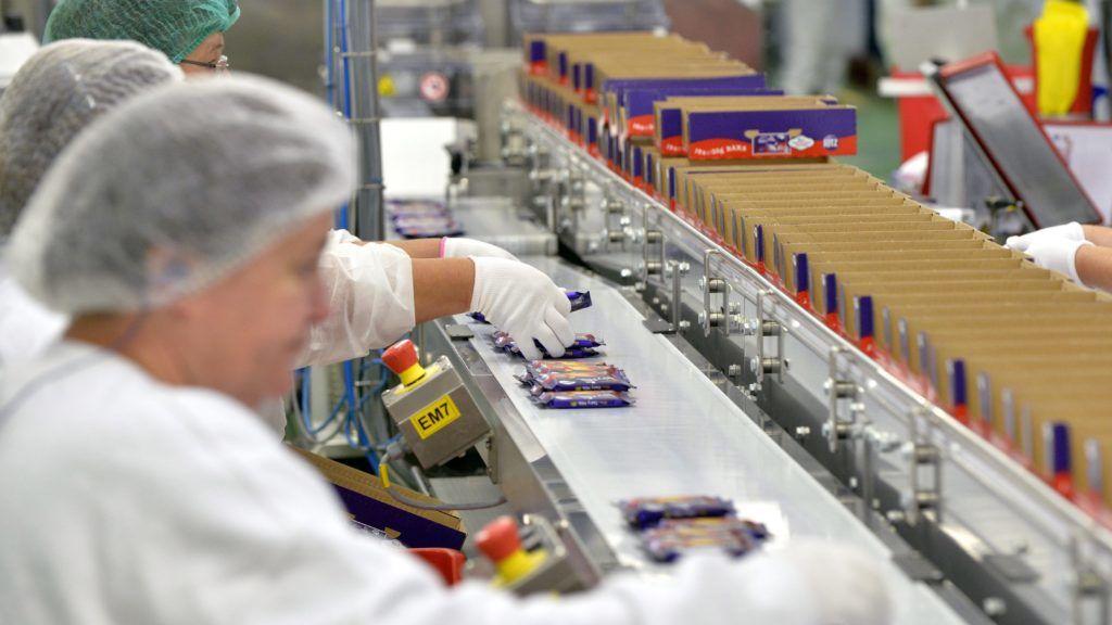 Székesfehérvár, 2014. szeptember 19. A Cadbury termékei a Mondelez International csoporthoz tartozó Gyõri Keksz új gyártósorán Székesfehérváron 2014. szeptember 19-én. A fejlesztéssel több mint 350 új munkahelyet hoztak létre. A beruházásnak köszönhetõen a világon kizárólag itt készülnek a Milka és a Cadbury TUC, LU illetve Ritz kekszes csokoládé szendvicstermékei. MTI Fotó: Máthé Zoltán
