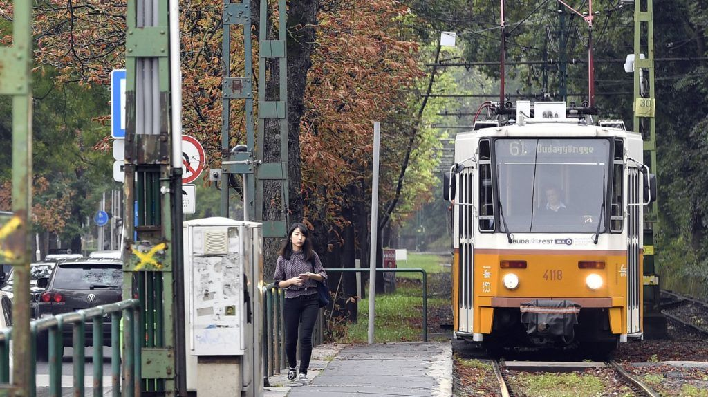 Budapest, 2018. szeptember 3. Villamospótló buszok a II. kerületi Szilágyi Erzsébet fasoron, a Budagyöngye megállónál 2018. szeptember 3-án. Szeptember 1-jén a 61-es villamos 2017-ben felújított vonalán, a Kelemen László utcai megállónál a hatalmas mennyiségû esõvíz kimosta a sínek alól a zúzottkõ ágyazatot. A BKV közlése szerint a villamosforgalom a hét második felében indulhat újra az érintett szakaszon. MTI Fotó: Máthé Zoltán