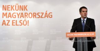 Budapest, 2018. szeptember 12. Kocsis Máté, a Fidesz frakcióvezetõje sajtótájékoztatót tart a Sargentini-jelentés kapcsán az Országgyûlés Irodaházában 2018. szeptember 12-én. Ezen a napon megszavazta a magyar jogállamisági helyzetrõl szóló különjelentést az Európai Parlament (EP), a plenáris ülésen 448 igen szavazattal, 197 ellenében, 48 tartózkodás mellett fogadták el a képviselõk a dokumentumot. MTI Fotó: Máthé Zoltán
