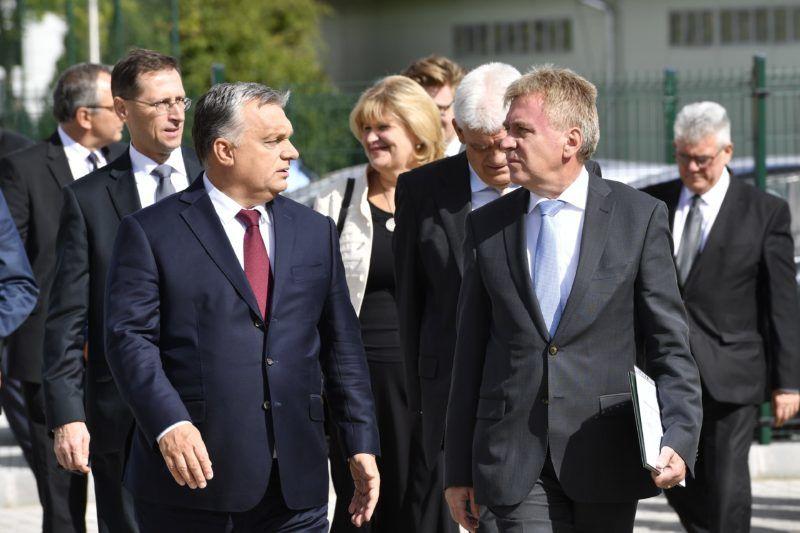 Szolnok, 2018. szeptember 25. Orbán Viktor miniszterelnök (elöl, balra) érkezik a Béres Gyógyszergyár Zrt. szolnoki gyára új épületének avatására 2018. szeptember 25-én. Mellette Béres József, a Béres Gyógyszergyár Zrt. elnöke (j2), mögötte Varga Mihály pénzügyminiszter (b2) és Szalay Ferenc polgármester (j3, félig takarásban). MTI Fotó: Máthé Zoltán