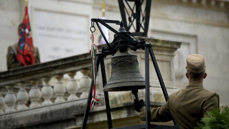 Budapest, 2015. október 6. Egy katona megkongatja a harangot a Fiumei úti temetõben, a Batthyány-mauzóleumnál tartott megemlékezésen az 1848-49-es forradalom és szabadságharc évfordulóján, az aradi vértanúk emléknapján, 2015. október 6-án. MTI Fotó: Bruzák Noémi