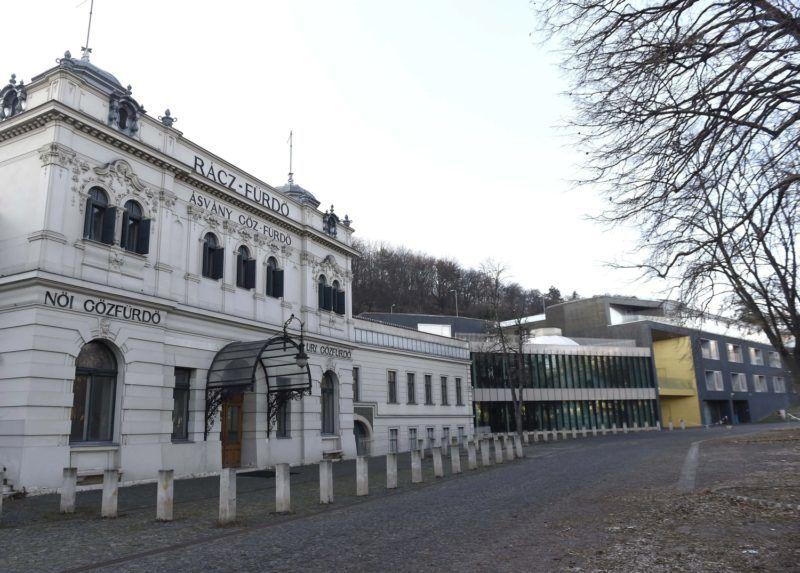 Budapest, 2017. január 3. A fõvárosi Rác fürdõ és a hozzáépített szálloda 2017. január 3-án. A kormány még tavaly kiemelt jelentõségû gazdálkodó szervezetté minõsítette a budapesti Rác fürdõ és hotel két, felszámolás alatt lévõ beruházó cégét, hogy a jogutód nélküli megszüntetés gyorsabb, átláthatóbb és egységesített eljárásrend szerint történjék. Lapértesülések szerint a Nemzeti Reorganizációs Nonprofit Kft. kezébe került a fürdõkomplexum sorsa, amelynek átfogó rekonstrukcióját 2002-ben kezdték meg. A felújítás 2010-ben be is fejezõdött, de máig nem nyitott ki. MTI Fotó: Bruzák Noémi