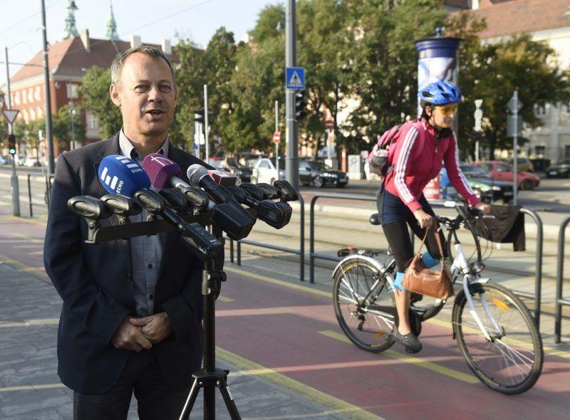 Budapest, 2018. szeptember 20. Révész Máriusz, az aktív Magyarországért felelõs kormánybiztos beszél a magyarok kerékpározási szokásiról elõször készült átfogó kutatás eredményeit ismertetõ sajtótájékoztatón a fõvárosi Bem rakparton 2018. szeptember 20-án. Az Európai Mobilitási Hét keretében bringásreggelit tatrottak a rakparton, amelyet országos színten több mint negyven helyszínen rendeztek. A kutatást a Magyar Kerékpárosklub az aktív Magyarországért felelõs kormánybiztos megbízásából és az Innovációs és Technológiai Minisztériumtámogatásával készítette a Medián. MTI Fotó: Bruzák Noémi