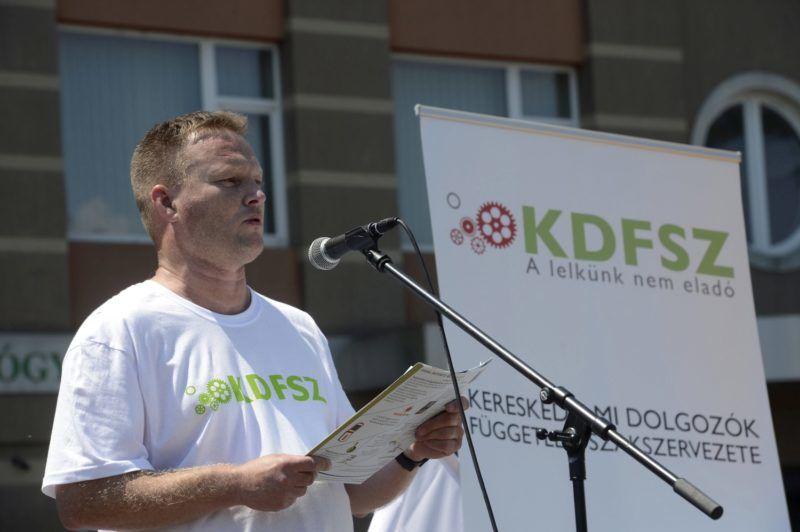 Budapest, 2017. július 8. Bubenkó Csaba, a KDFSZ elnöke beszédet mond a Kereskedelmi Alkalmazottak Szakszervezete (KASZ) és a Kereskedelmi Dolgozók Független Szakszervezete (KDFSZ) közös demonstrációján a Fogarasi úti Tesco áruház parkolójában 2017. július 8-án. A szakszervezetek minden szakmunkás garantált bérminimumon foglalkoztatott munkavállalónak 15 ezer forintos béremelést követelnek a Tescónál. MTI Fotó: Soós Lajos