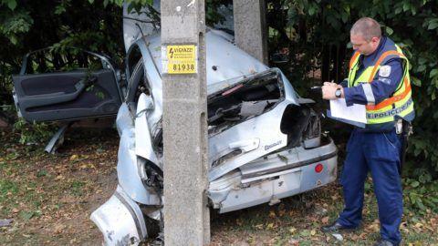Hernádkak, 2018. szeptember 22. Rendõr helyszínel 2018. szeptember 22-én Hernádkakon, ahol egy személygépkocsi villanyoszlopnak csapódott. Az autóban három gyermek is utazott, egyikük a helyszínen életét veszítette, ketten súlyos sérülést szenvedtek. Az elsõ adatok szerint a sofõr, aki könnyebben sérült meg, a vezetés elõtt alkoholt fogyasztott. MTI Fotó: Vajda János