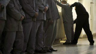 Budapest, 2010. november 18. Egy fogvatartottat motoz az egyik fegyõr a Budapesti Fegyház és Börtön Kozma utcai épületében. MTI Fotó: Beliczay László