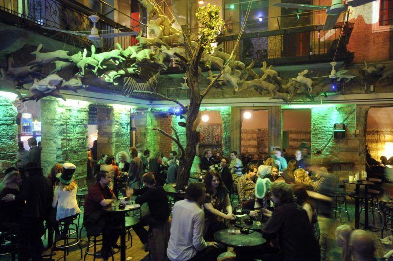 Budapest, 2011. március 18. Fiatalok szórakoznak éjjel a Nagymezõ utcai Instant klubban. A zenés, táncos rendezvények biztonságosabbá tételérõl alkotott, 2011. március 17-tõl hatályos kormányrendelet értelmében ilyen összejövetelt csak engedély birtokában lehet tartani, és az ellenõrzõ hatóság köteles azt felfüggeszteni, ha például a résztvevõk létszáma jelentõsen meghaladja a hely befogadóképességét. MTI Fotó: Beliczay László