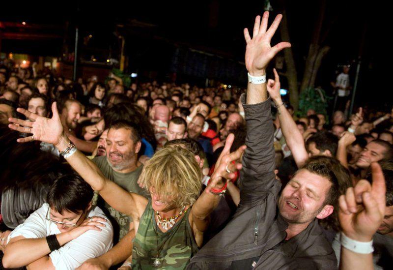 Budapest, 2011. szeptember 17. Közönség az egykori Vágtázó Halottkémek zenekar tagjaiból alakult Vágtázó Életerõ - VHK együttes koncertjén, a Dürer Kertben.  MTI Fotó: Beliczay László